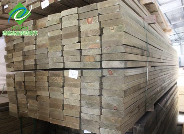 南方松木材在市场上一直很畅销,特别是南方松防腐木材其市场需求长期以来都很不错,这与南方松防腐木材的使用有着极其紧密的关系。南方松防腐木是一种主要用于户外木结构景观建造、防腐木地板、户外家具等方面,它不仅户外防腐能力强而且还十分美观大气,特别是作为建筑结构用材它的稳定性是无与伦比的,堪称是世界上户外结构木材的一绝。使用南方松防腐木建造的凉亭、木栏杆、防腐木地板与其他景观木结构建筑都是很常见的。特别熟用于园林景观建造中,显得非常和谐自然。 南方松的渗透性强,在进行加压防腐处理后,化学防腐药剂均匀,深入地留存于