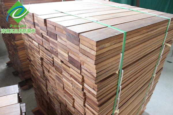 菠萝格属于热带硬木材料,是我国广泛使用的一种木材,但是我国没有这种木材资源,因此主要依靠进口。菠萝格的种类很多,主要有印尼菠萝格、非洲菠萝格、南美菠萝格这3大类。在使用过程中,人们不断总结发现,印尼菠萝格是其中档次最高,使用效果最好的木材。菠萝格木材都是具有天然耐腐性的,这种木材对于使用者来说,不仅环保健康而且又持久耐用,不会因为环境改变而变化。其稳定性极强,不易发生腐烂和变形,是户外木材的首选,主要用于高档户外木材使用。印尼菠萝格的外观特点和其他户外木材有着区别,主要体现在他的色泽、质地、与耐用性上。