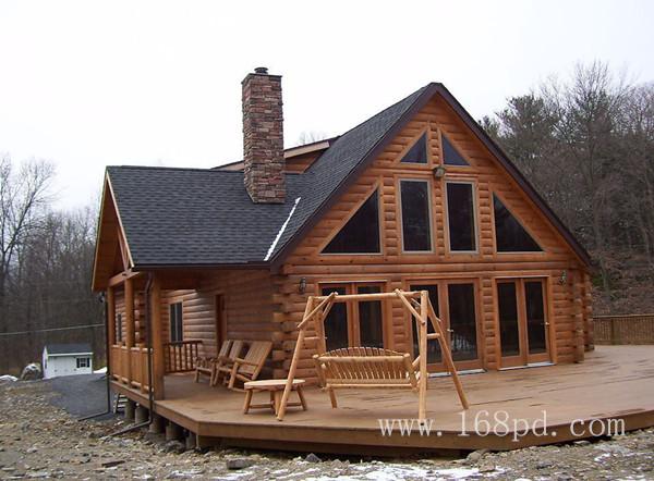 由于木材的特殊性质,当湿度较大的时候木材会自动吸水,把空气的温度和湿度自动维持在让人感觉舒适的程度。而同样的保温效果,木材需要的厚度仅为混凝土的1/15,钢材的1/400。所以木材作为住宅的主要建筑材料,可以大大增加房屋居住的舒适程度,同时可以有效的节约能源。采用防腐木制作的木屋更加经久耐用,稳定性和安全性毋庸置疑。所以说木结构房屋是现代绿色环保节能安全的住宅,值得大力推广与发展。 防腐木木屋可以采用多用材料制作,沛迪专业制作木结构制品,包括防腐木木结构房屋的设计建造。沛迪拥有加拿大木业协会专业设计人员,
