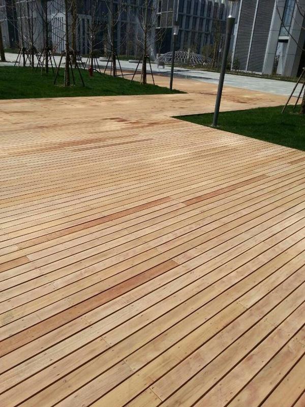 防腐木工程施工一般都是在户外,防腐木的特性决定了其户外木材的本质。一般防腐木工程有很多种项目,如防腐木地板铺设,景观木质凉亭、廊架建造,木结构建筑建造,户外家具等方面。专业的防腐木工程施工要依据一定的规定与程序,这样不仅施工进度加快而且还能保证工程质量,使防腐木可以长期使用多年。防腐木工程防水是其中一项重要的环节,虽然常年在户外使用,但对于某些特殊工程来说,防水还是必不可少的,比如防腐木地板、木质楼顶等方面。下面我们就来具体了解一下防腐木工程主要步骤和方法。