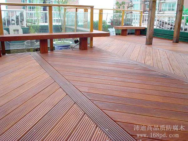 菠萝格防腐木地板是一种高端的户外用实木地板,由于木材定位较高,因此建造菠萝格防腐木地板的成本也比较高,相对于其他防腐木户外地板,菠萝格户外地板价格要高一些。不过追求品质与要求成本是不可能统一的,有些高档场所必须要用过高档木地板,这时候不可能为了节约一部分费用而是用普通的防腐木地板。是用硬木天然防腐木地板才能够突出高品质的特色与环保的理念。 印尼菠萝格防腐木地板和其他硬木类地板一样,外观自然美观,没有丝毫人为加工痕迹,不会有一半防腐木的色差与变色,不含一丝防腐剂在木材中。所以印尼菠萝格防腐木地板是最健康环保