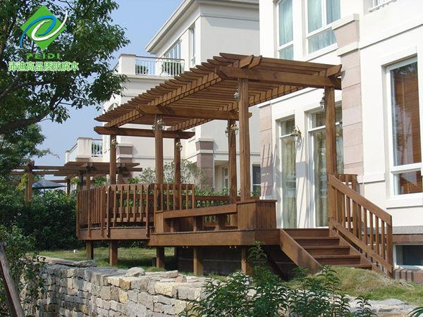 防腐木廊架是木结构景观中很常见的一种,主要用于园林、公园、小区等需要景观绿化的地方,它一般使用防腐木材建造,从而保证其可在户外正常使用多年而不会损坏或者老化。廊架是木结构景观中较常用的一种,木结构廊架的种类和样式很多,根据相应的设计与环境也会有不一样的选择。 南方松防腐木材是建造户外木结构景观的良好材料,南方松原产地为美国,是美国主要的商品木材之一,也是出口量最大的松木类木材。在所有软木中,南方松是结构稳定性最好的,其握钉力、机械加工性与结构稳定性都是一流的,用于结构木材的南方松被成为是世界最佳结构木材。